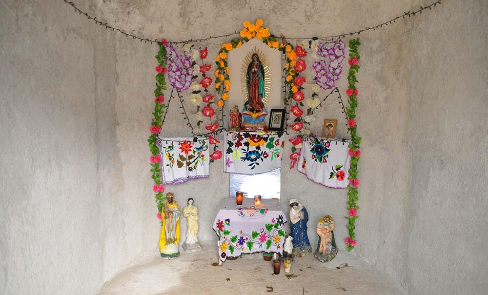 Mayan couple Kuau Altar